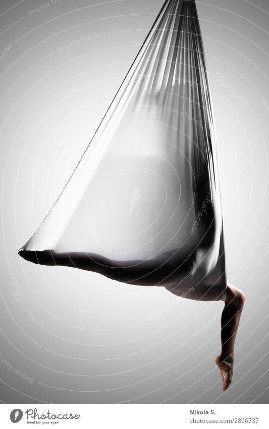 Mädchen übt Luft-Yoga Lifestyle Körper sportlich Wellness Erholung Sport Mensch Junge Frau Jugendliche Erwachsene 1 18-30 Jahre Künstler Theaterschauspiel Show