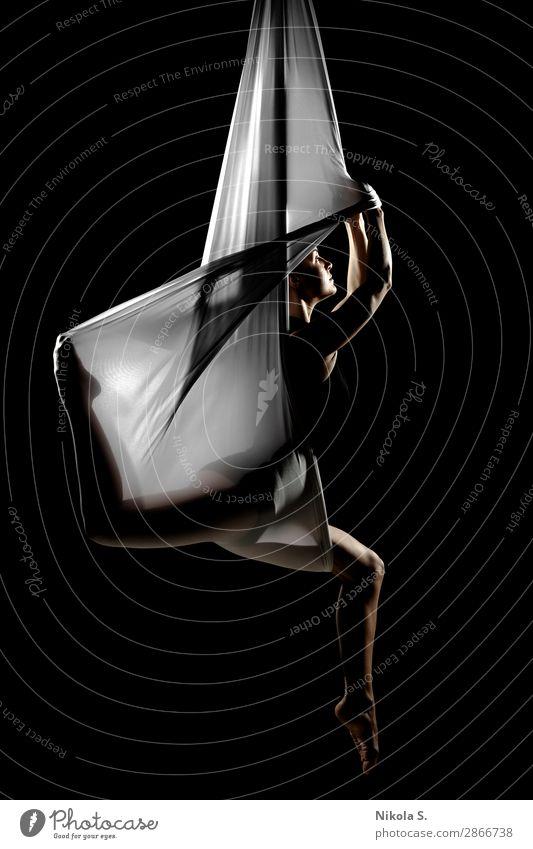 Frau Mensch Jugendliche Junge Frau weiß Erholung schwarz 18-30 Jahre Lifestyle Erwachsene Sport Kunst Zufriedenheit Körper Kraft Aktion