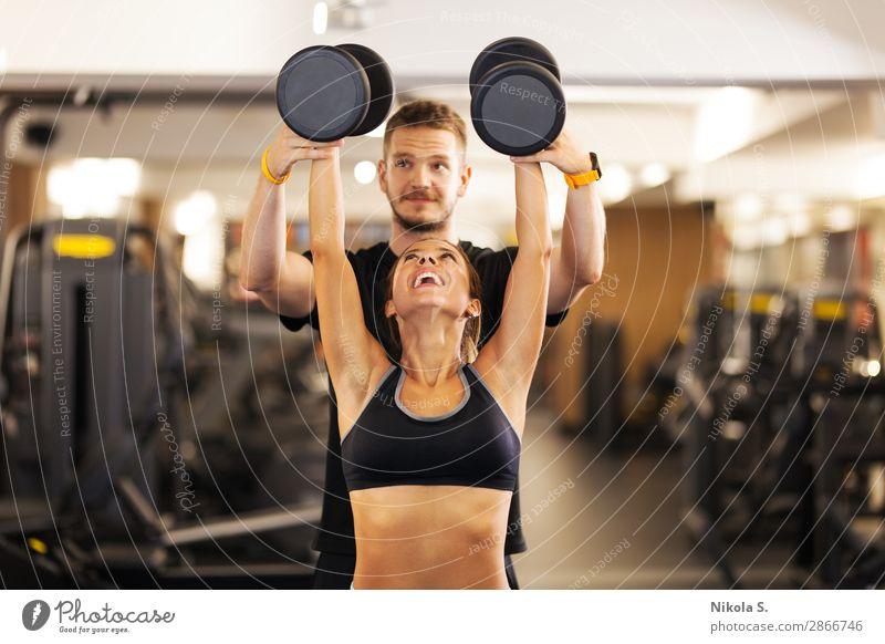 glückliches Mädchen mit Fitness-Trainer Gewichte heben Lifestyle Freude schön Körper sportlich Sport Sport-Training Mensch Junge Frau Jugendliche Junger Mann