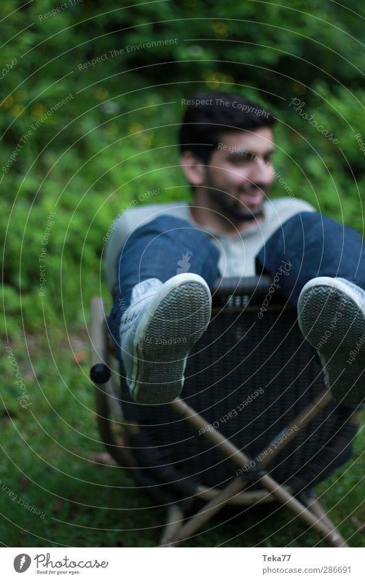 Im Garten Mensch maskulin Junger Mann Jugendliche Leben 1 18-30 Jahre Erwachsene Umwelt Natur Sommer Gras Sträucher Freude Glück Fröhlichkeit Zufriedenheit