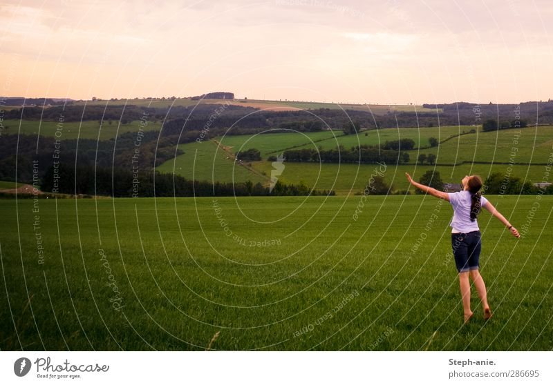 Fast auf und davon. Ferne feminin Junge Frau Jugendliche 1 Mensch 13-18 Jahre Kind Landschaft Himmel Sommer Gras Wiese Hügel Shorts langhaarig Tanzen träumen