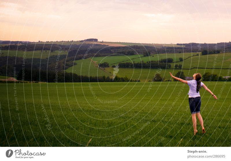 Fast auf und davon. Mensch Kind Himmel Jugendliche grün Sommer Einsamkeit Landschaft Ferne Junge Frau Wiese Leben feminin Gras träumen rosa