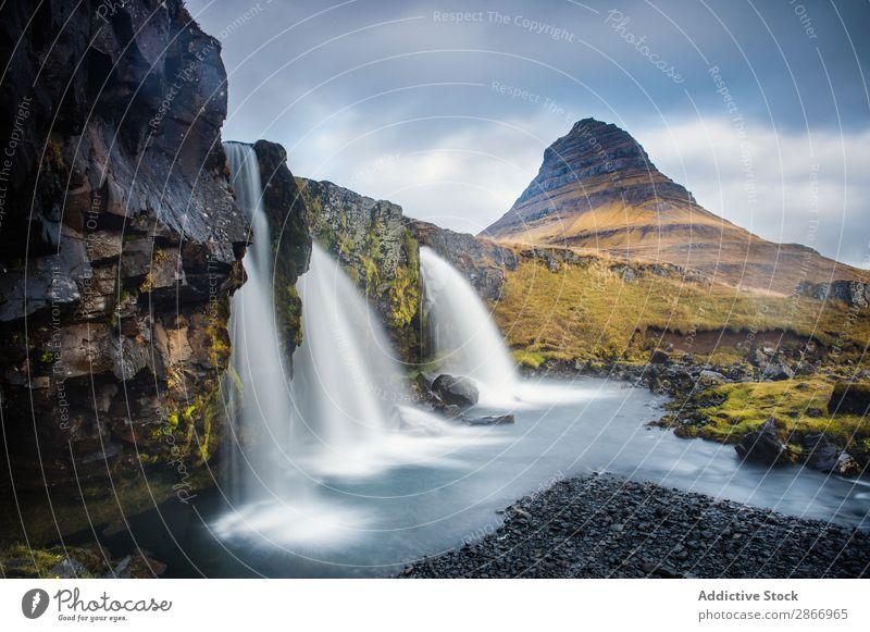 Wasserfall zwischen den Talebenen Landen Island Stromschnellen Fluss Feld malerisch Himmel Wolken Oberfläche Aussicht Natur Ferien & Urlaub & Reisen Landschaft