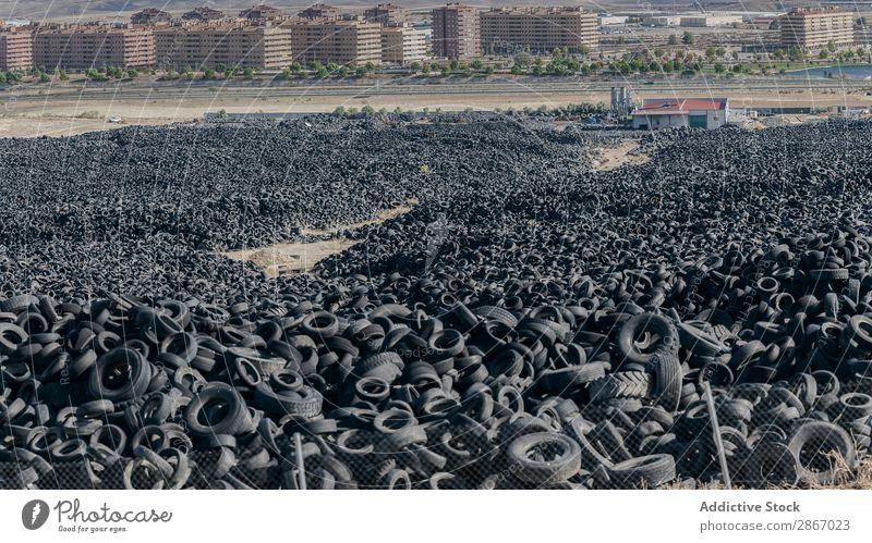 Haufen alter Reifen zwischen dem Feld in der Nähe der Stadt Großstadt riesig PKW Anhäufung Himmel Schönes Wetter Wolken Wiese Gummi schwarz Stapel gebraucht Rad