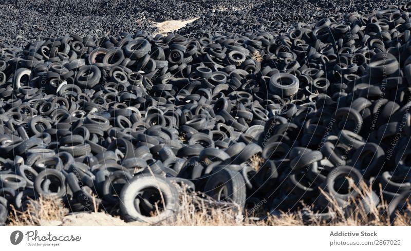 Haufen alter Reifen zwischen den Feldern riesig PKW Anhäufung Himmel Schönes Wetter Wolken Wiese Gummi schwarz Stapel gebraucht Rad Müllhalde Natur