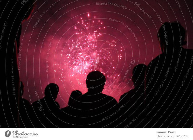 silhouette rot schwarz Erholung Kopf Menschengruppe Zusammensein rosa Körper leuchten genießen Lebensfreude Menschenmenge Feuerwerk Begeisterung Euphorie