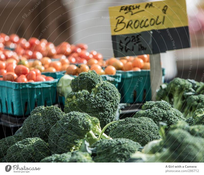 fresh and healthy for sale Lebensmittel Gemüse Brokkoli Tomate Ernährung Bioprodukte Vegetarische Ernährung Diät frisch Gesundheit rund saftig grün rot Markt