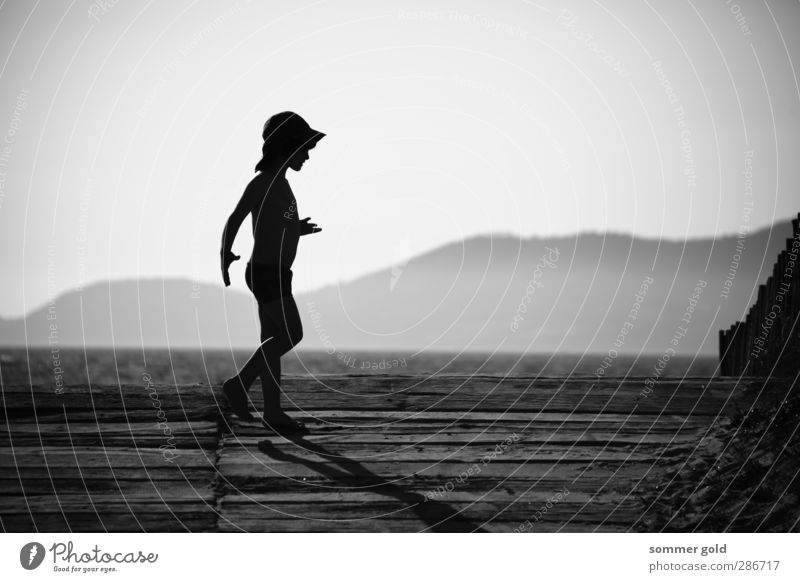Gegenlicht Mensch Kind Himmel Ferien & Urlaub & Reisen Sommer Meer Strand Berge u. Gebirge Junge Holz Glück Kindheit Zufriedenheit laufen Fröhlichkeit