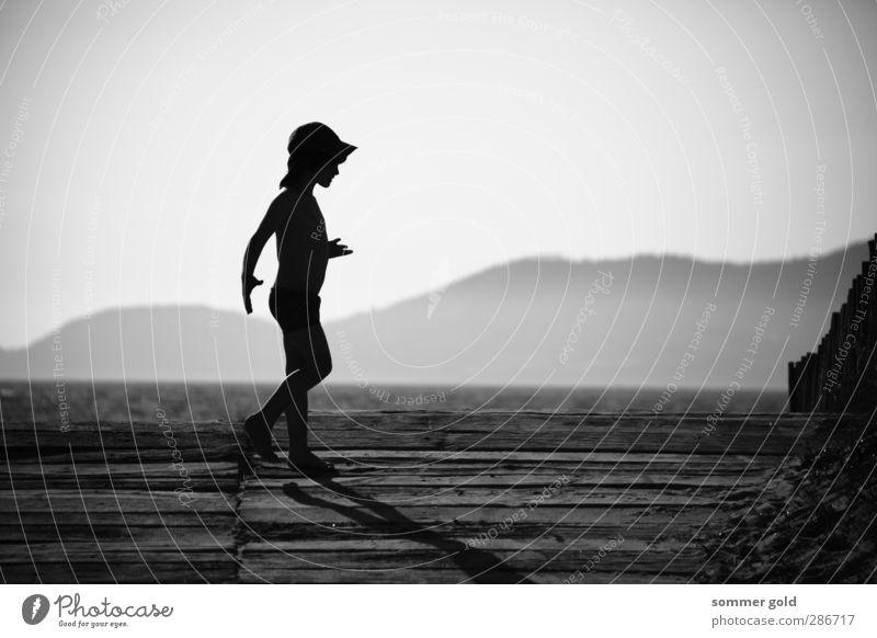 Gegenlicht Mensch Kind Himmel Ferien & Urlaub & Reisen Sommer Meer Strand Berge u. Gebirge Junge Holz Glück Kindheit Zufriedenheit laufen Fröhlichkeit Schönes Wetter