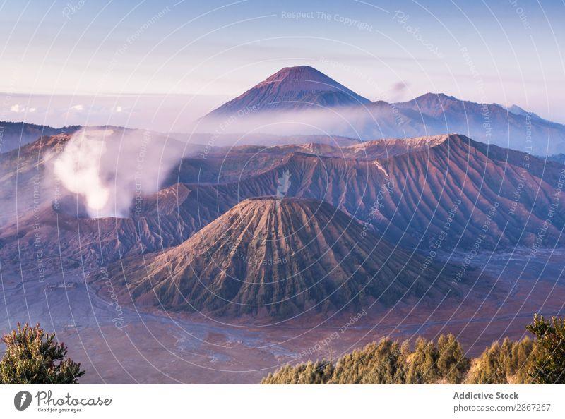Erstaunlicher Blick auf hohe Berge und blauen Himmel Berge u. Gebirge Vulkan Wolken Mount Bromo Java-Insel Indonesien malerisch Aussicht erstaunlich Höhe