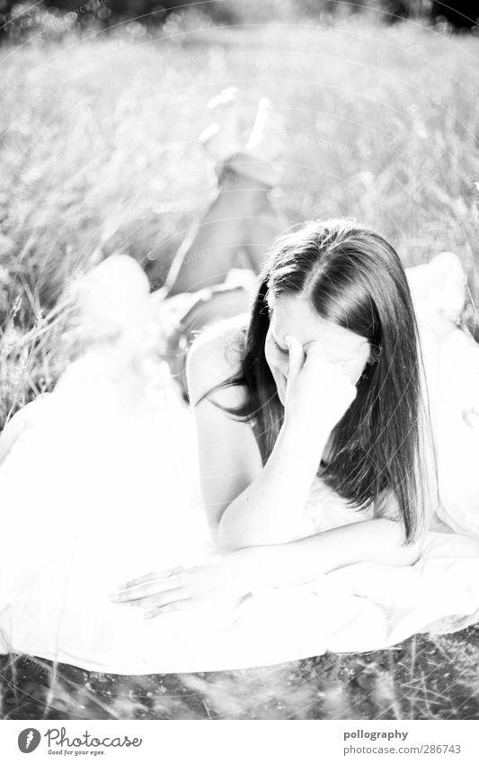 shy? Mensch feminin Junge Frau Jugendliche Erwachsene Leben Körper 1 18-30 Jahre Natur Schönes Wetter Park Wiese Feld Jeanshose Haare & Frisuren langhaarig