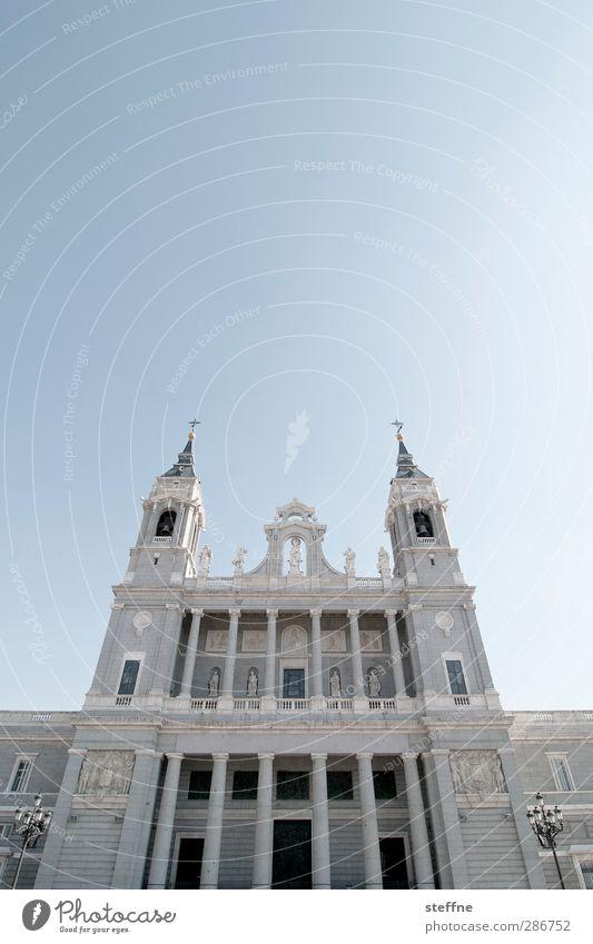 Jesus, hilf! Himmel Wolkenloser Himmel Schönes Wetter Madrid Spanien Hauptstadt Altstadt Kirche Dom ästhetisch Religion & Glaube Gebet Gott