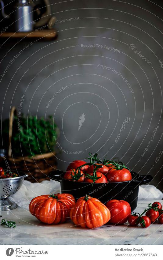 Reife frische Tomaten im Topf auf dem Tisch rot reif Formular groß außergewöhnlich Wand grau Lebensmittel Gemüse Mahlzeit rustikal Gesundheit kochen & garen