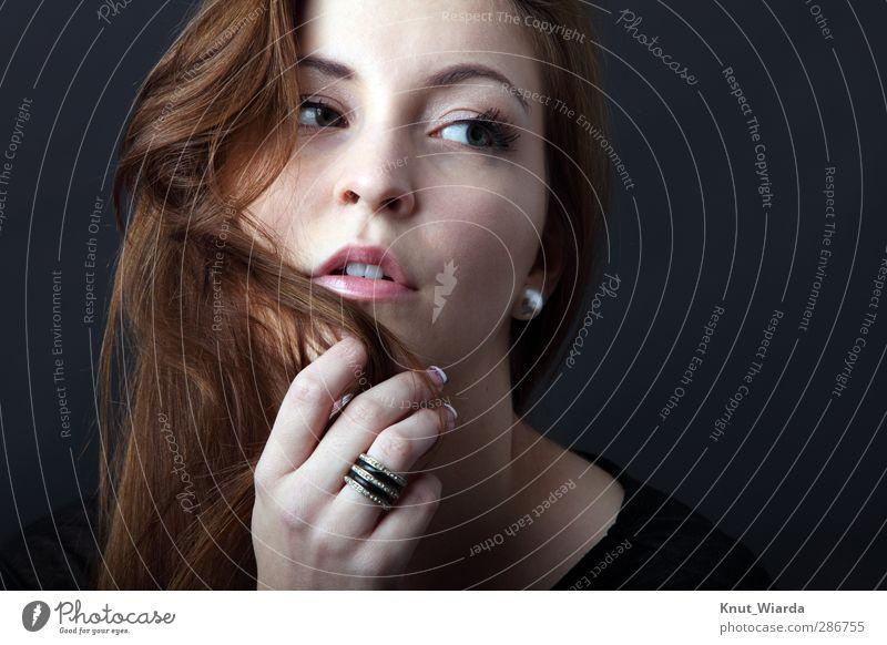 Playing with hair Mensch Frau Jugendliche schön Hand schwarz Erwachsene Gesicht Auge Junge Frau feminin Erotik Haare & Frisuren Kopf 18-30 Jahre braun