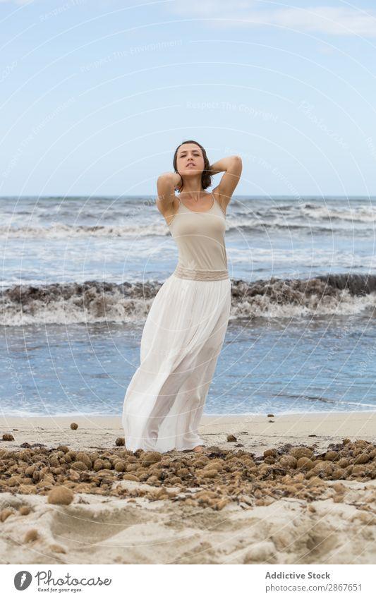 Charmante junge Frau am Ufer am Wasser Küste Meer Strand Dame winkend Körperhaltung Jugendliche dünn attraktiv charmant Ferien & Urlaub & Reisen Leidenschaft