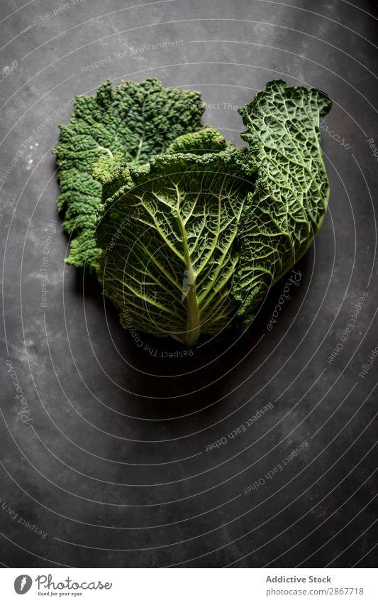 Frau mit frischem Kohl auf dem Tisch Gemüse Lebensmittel Schneidebrett Hand grün groß reif rustikal Vitamin Gesundheit organisch Ernährung Pflanze