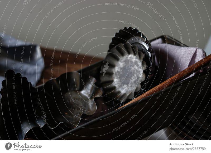 Klassisches Geschirr auf dem Tisch Küchengeräte Serviette Paddel Schalen & Schüsseln Formular Bäckerei Teller altehrwürdig retro Holz Strukturen & Formen