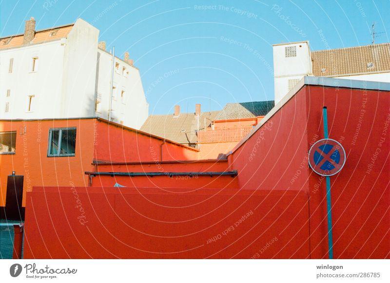 Stopp! Stadt weiß Sommer rot Fenster Wand Architektur Mauer Gebäude Deutschland Fassade Design Europa Häusliches Leben Ecke Dach