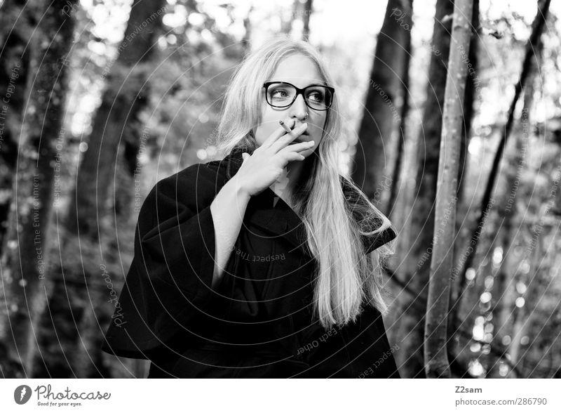 madame elegant Stil Rauchen feminin Junge Frau Jugendliche 1 Mensch 18-30 Jahre Erwachsene Umwelt Natur Landschaft Herbst Baum Sträucher Wald Jacke Brille blond