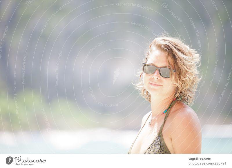 LIGHT Frau Natur Ferien & Urlaub & Reisen Meer Strand Freiheit Sand Reisefotografie Tourismus Idylle fantastisch dünn Bucht Postkarte Paradies himmlisch