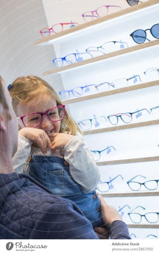 Junges Mädchen probiert eine Brille an Kind Auge Mode Brillenträger Linse Ophtalmologe Optiker Blick Sonnenbrille Sehvermögen Lager kaufen Porträt
