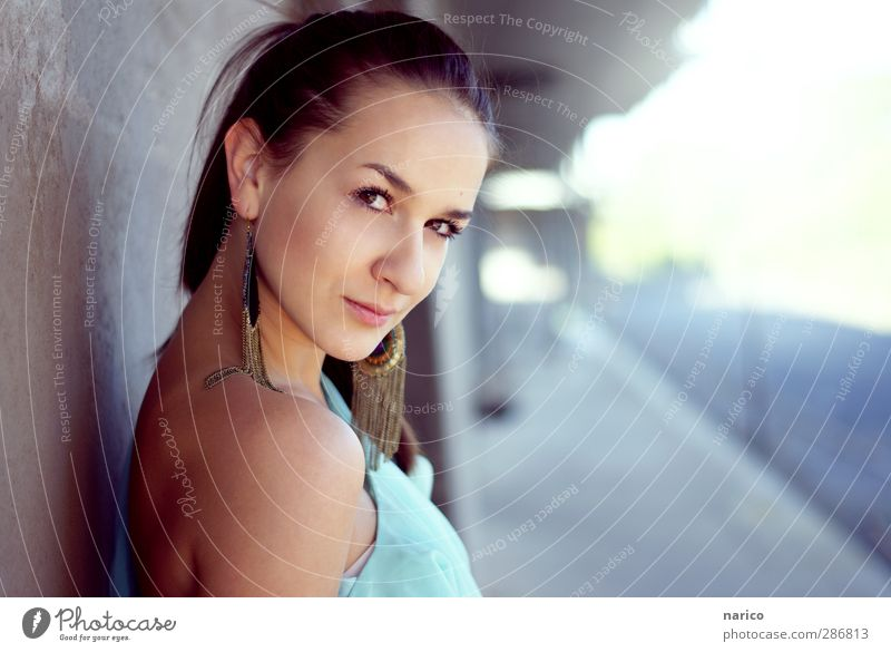Hi, come with me. Mensch Jugendliche schön Erwachsene Junge Frau Wand feminin Erotik Gefühle Mauer Gebäude 18-30 Jahre Stimmung glänzend stehen Lächeln