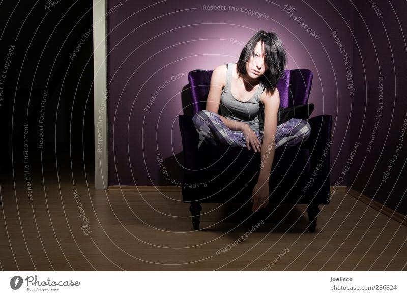 #222392 Lifestyle Stil Wohnung Sessel Raum Wohnzimmer Frau Erwachsene Leben 1 Mensch 18-30 Jahre Jugendliche schwarzhaarig beobachten Erholung Fernsehen schauen