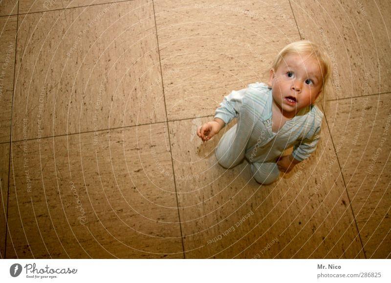 mini Raum Kleinkind 1 Mensch 1-3 Jahre blond frech klein Glück Bodenbelag PVC Schlafanzug Neugier beobachten entdecken hocken Schatten Wachsamkeit Interesse