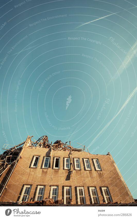 Oben ohne Umwelt Himmel Wolkenloser Himmel Schönes Wetter Stadtrand Haus Gebäude Architektur Mauer Wand Fassade Fenster Stein stehen alt außergewöhnlich einfach