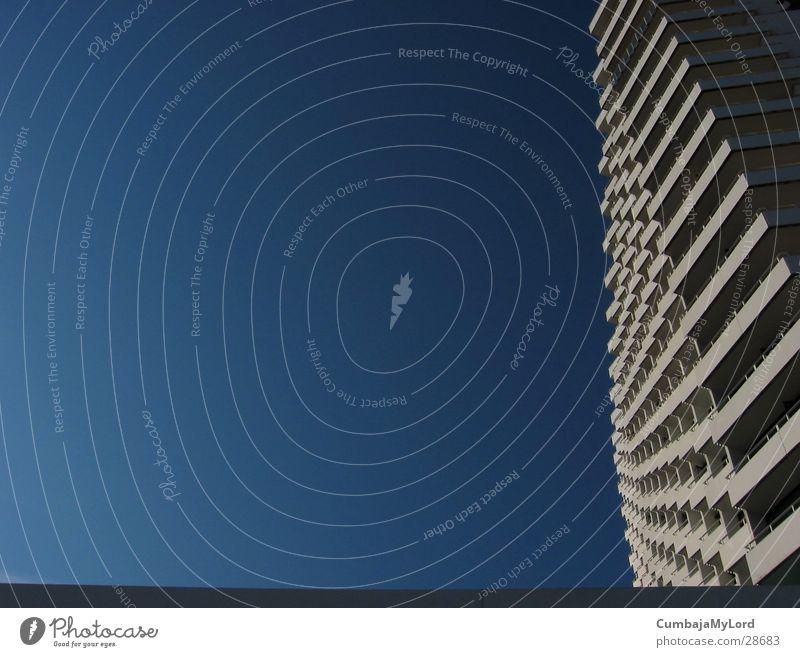 Neptun Hochhaus Wellen Balkon Hotel Warnemünde Architektur Himmel blau Rahmen