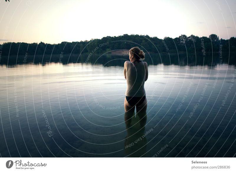 bissl kühl hier Mensch Frau Himmel Natur Ferien & Urlaub & Reisen Wasser Sommer Pflanze Baum Sonne Landschaft Erwachsene Umwelt kalt feminin Küste