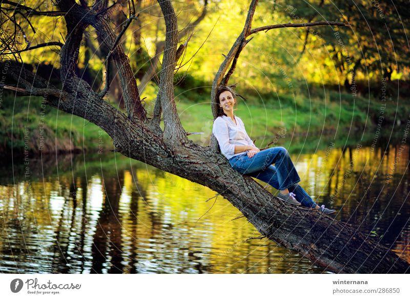 Wundersee Frau Erwachsene 1 Mensch 18-30 Jahre Jugendliche Umwelt Natur Wasser Baum Park See Freude Glück Fröhlichkeit Optimismus Erfolg Kraft Willensstärke