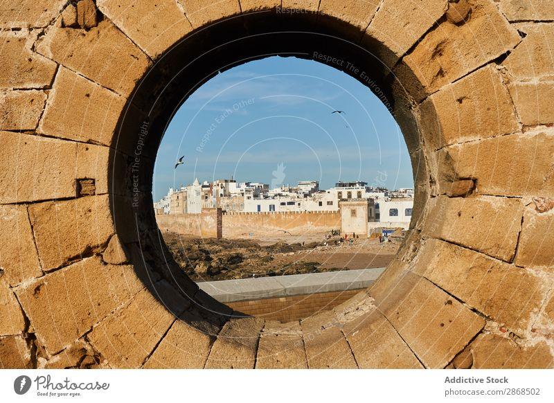 Steindenkmal mit Rundloch Denkmal Stadt antik Essaouira Marokko rund Golfloch abstrakt Felsen Kreis Himmel blau malerisch Aussicht alt Architektur Gebäude