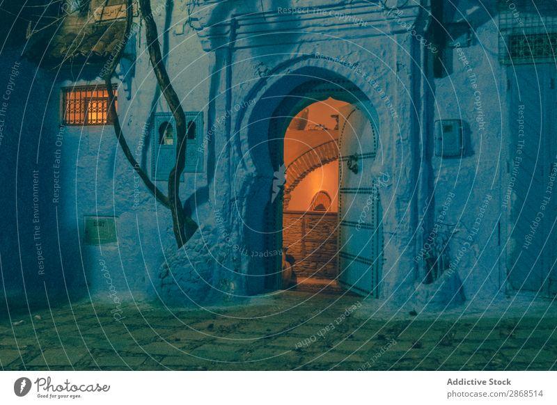 Altes Gebäude mit alten Türen bei Nacht Fassade antik Marrakesch Marokko weiß Wand altehrwürdig Abend Architektur Stadt Haus Großstadt Außenseite Straße Stein