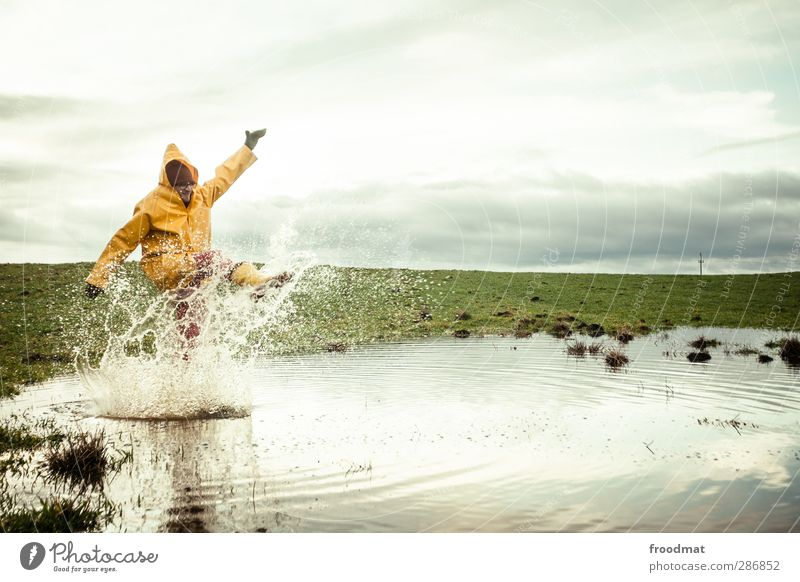 black friday - splish splash Mensch Himmel Natur Mann Jugendliche Wasser Freude Winter Erwachsene Wiese kalt Herbst Junger Mann Regen Wetter Feld