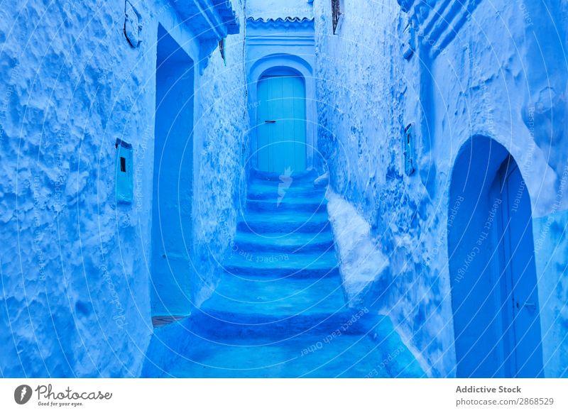 Schmaler Weg zur Tür zwischen alten Gebäuden Marrakesch Marokko erstaunlich blau antik Stein Haus schmal Architektur abstrakt Skyline historisch Konstruktion