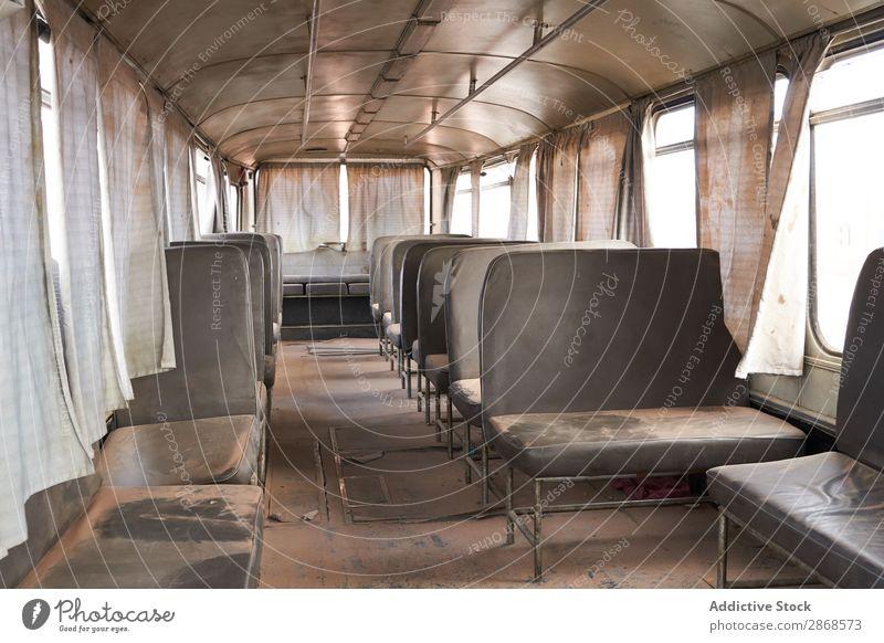 Oldtimer-Wüstenbus mit Sitzen im Staub Reisebus altehrwürdig Menschenleer Marrakesch Marokko ausleeren retro Sand Grunge Design Verlassen kaputt Vorhänge