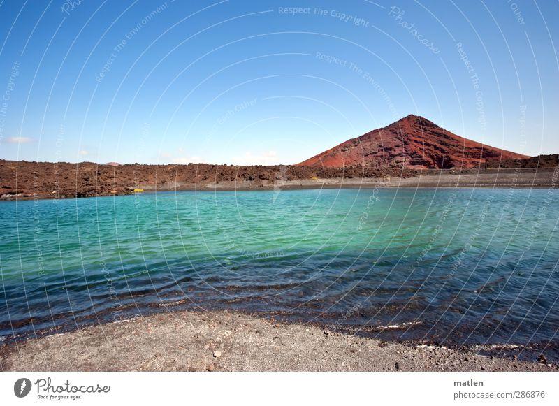 Fantasialand Landschaft Erde Sand Himmel Wolkenloser Himmel Horizont Winter Schönes Wetter Hügel Felsen Vulkan Küste Strand Bucht See Wüste blau grün rot karg