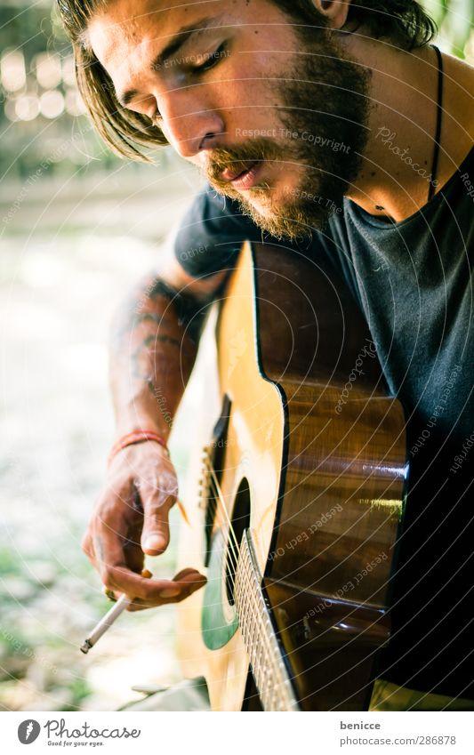 strings and smoke Mensch Natur Mann schön Erotik Junger Mann Spielen Freiheit frei Rauchen Europäer Tattoo Rockmusik Bart Tabakwaren Gitarre