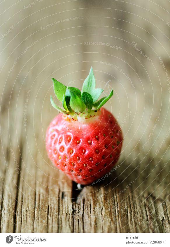 KönigsErdbeere grün Sommer rot Blatt Essen Frucht Lebensmittel Ernährung lecker Bioprodukte Beeren saftig Erdbeeren Holztisch geschmackvoll