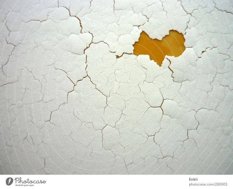 Herzchen Mauer Wand Kunststoff Zeichen alt kaputt gelb orange weiß Liebe nachhaltig Vergänglichkeit Riss abblättern Lack lackiert Farbstoff Farbfoto