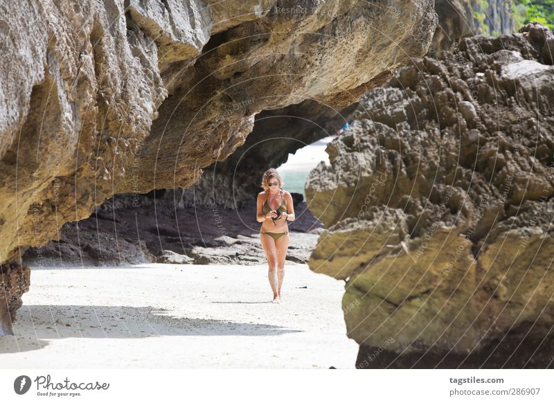 Thailand - Ko Phi Phi Le - Krabi Frau Natur Ferien & Urlaub & Reisen Strand Landschaft Berge u. Gebirge Sand Stein Felsen Reisefotografie Tourismus Insel Idylle