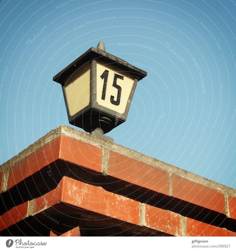 15 Haus blau Ziffern & Zahlen Schriftzeichen Symbole & Metaphern Hausnummer Mauer Backstein ziegelrot Ziegelbauweise Laterne Beleuchtung Himmel himmelblau