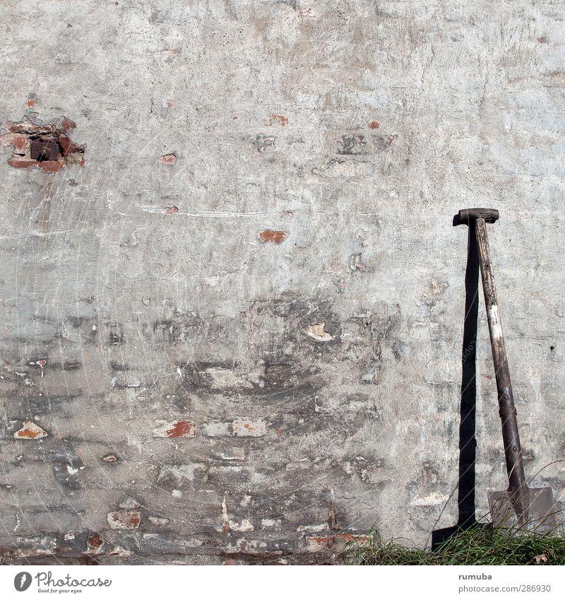 Verbuddeln Garten Handwerker Gartenarbeit Landwirtschaft Forstwirtschaft Werkzeug Schaufel Erde Feld Mauer Wand Fassade trashig grau Spaten Graben dreckig