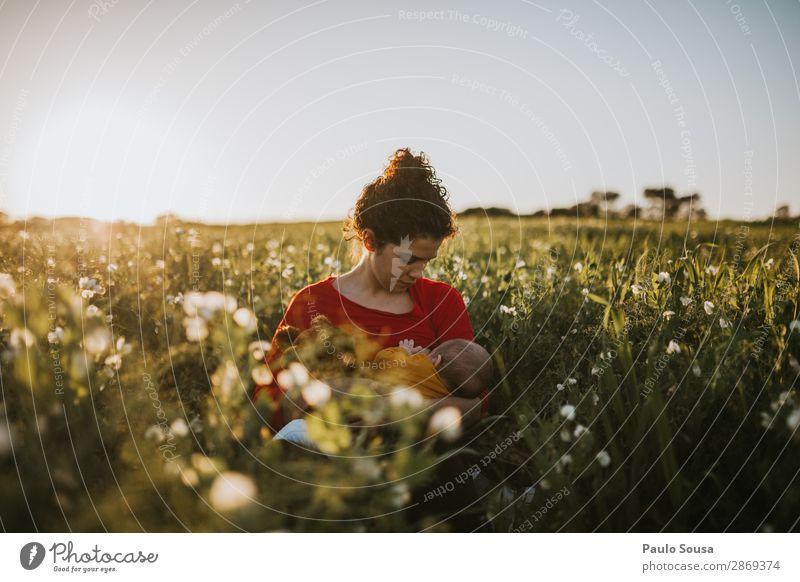 Mutter stillen Baby in Naure Lifestyle Kind Kleinkind Junge Frau Jugendliche Erwachsene 2 Mensch 0-12 Monate 18-30 Jahre Natur Landschaft Schönes Wetter Fressen
