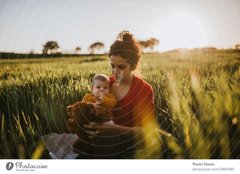 Mutter mit Tochter auf den Feldern Mutterschaft Zusammensein Zusammengehörigkeitsgefühl authentisch Kaukasier Herbst Frühling Eltern Kind