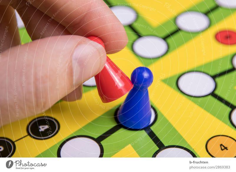Einer muss raus! Freude Glück Freizeit & Hobby Spielen Brettspiel Erfolg Verlierer Finger Zeichen wählen Bewegung blau mehrfarbig Spielfigur Spieler spielerisch
