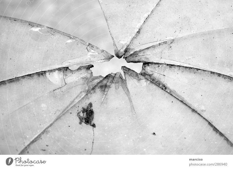 Durchschuss springen Kunst Eis glänzend Glas kaputt Spitze Wut Gewalt Scharfer Gegenstand Loch Riss Skulptur Scheibe Aggression Ärger