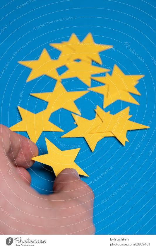 gelbe Sterne sortieren Wirtschaft Werbebranche Gastronomie Business Karriere Erfolg Finger Papier Dekoration & Verzierung Zeichen wählen Bewegung festhalten