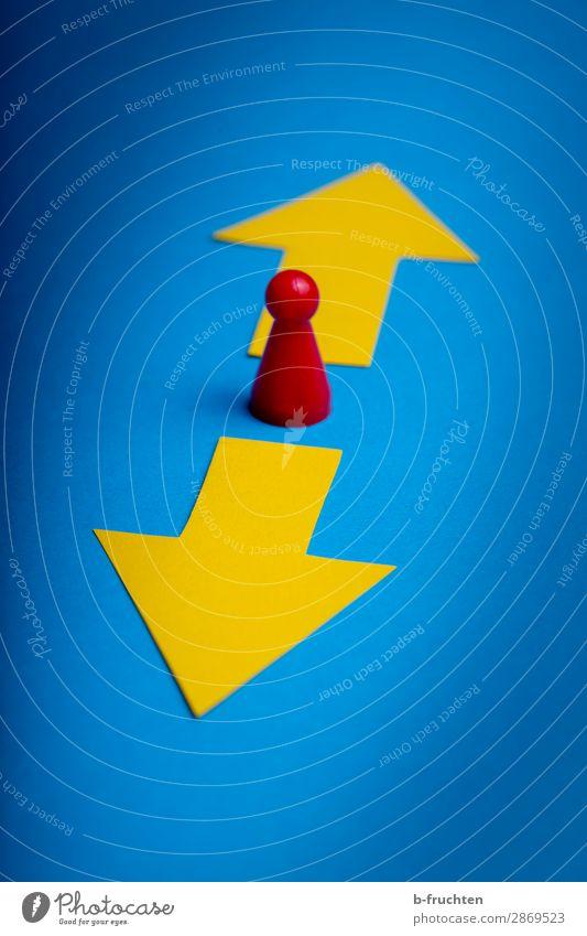 Zukunft oder Vergangenheit lernen Wirtschaft Werbebranche Business Unternehmen Karriere Erfolg 1 Mensch Papier Zeichen Pfeil wählen Bewegung gehen Blick stehen